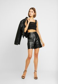 Missguided - JORDAN LIPSCOMBE CAMI BUCKLE RIB CROP TOP - Top - black - 1