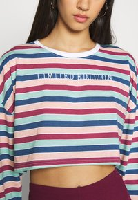 Missguided - EMBROIDERED SLOGAN CROP TOP - Maglietta a manica lunga - red - 5