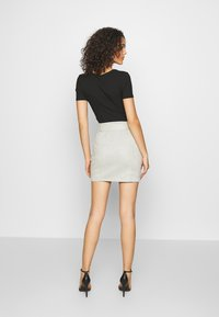 Missguided - T-shirt basique - camel/black/white - 2