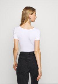 Missguided - POPPER SHORT SLEEVE BODYSUIT 2 PACK  - T-Shirt basic - gold fusion/white - 2