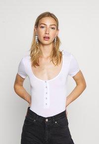 Missguided - POPPER SHORT SLEEVE BODYSUIT 2 PACK  - T-Shirt basic - gold fusion/white - 1
