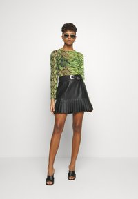 Missguided - MIXED LONG SLEEVED CROP TOP - T-shirt à manches longues - neon green - 1