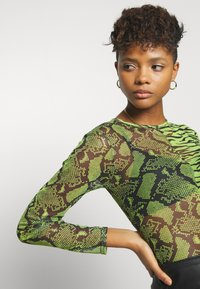 Missguided - MIXED LONG SLEEVED CROP TOP - T-shirt à manches longues - neon green - 4