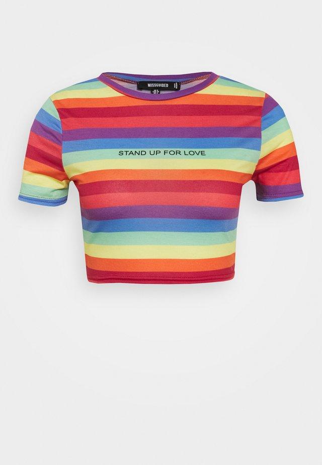 PRIDE RAINBOW CROP TEE - Print T-shirt - multicoloured