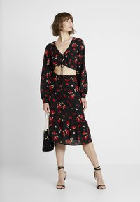 Missguided - FLORAL RUCHED LONG SLEEVED CROP - Blouse - black - 2