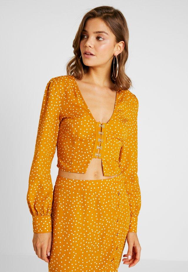SPOT PRINT HOOK AND EYE CROP - Bluse - mustard