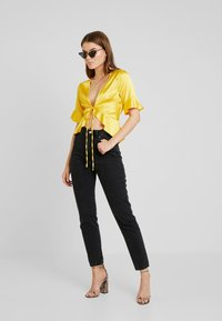 Missguided - SHORT SLEEVE EASY TIE FRONT CROP - Blusa - yellow - 1