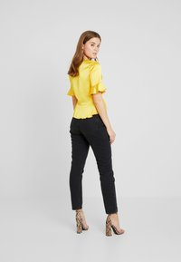 Missguided - SHORT SLEEVE EASY TIE FRONT CROP - Blusa - yellow - 2