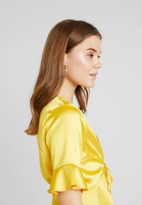 Missguided - SHORT SLEEVE EASY TIE FRONT CROP - Blusa - yellow - 3