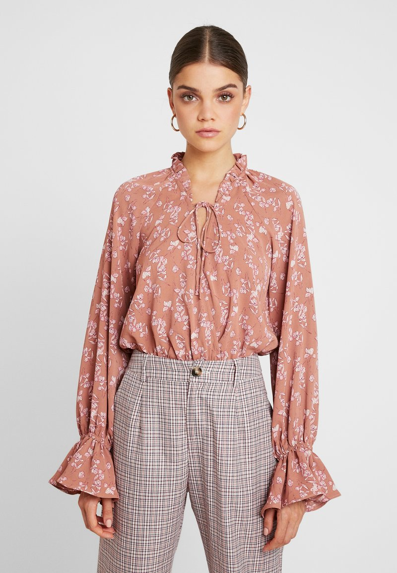 Missguided - PURPOSEFUL FLORAL PLUNGE FRILL SLEEVES BODYSUIT - Bluser - blush