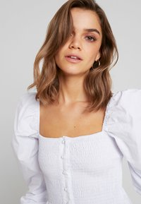 Missguided - PURPOSEFUL SQUARE NECK SHIRRED BUTTON DOWN - Blouse - white - 3