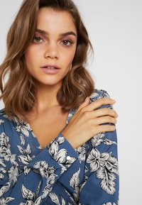 Missguided - PURPOSEFUL FLORAL WRAP OVER TIE FRONT - Bluser - blue - 3