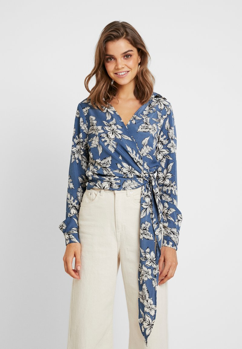 Missguided - PURPOSEFUL FLORAL WRAP OVER TIE FRONT - Bluse - blue