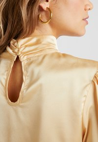 Missguided - PURPOSEFUL HIGH NECK BUTTON GATHER DETAIL - Blus - champagne - 5