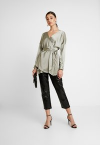 Missguided - OVERSIZED PLUNGE TIE WAIST BLOUSE - Blůza - green - 1
