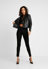 Missguided - HIGH NECK PATTERNED CROP - Maglietta a manica lunga - black - 1
