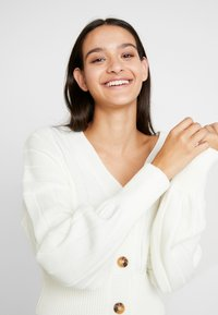 Missguided - CROPPED BLOUSON BUTTON THROUGH CARDIGAN - Kofta - winter white