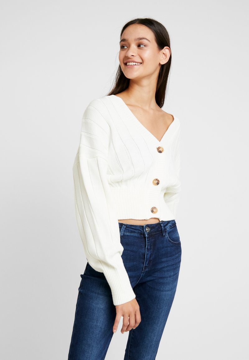 Missguided - CROPPED BLOUSON BUTTON THROUGH CARDIGAN - Vest - winter white