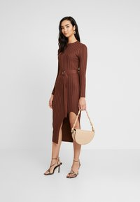 Missguided - BELTED MIDAXI FRONT SPLIT DRESS - Abito in maglia - chocolate - 2