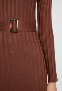 Missguided - BELTED MIDAXI FRONT SPLIT DRESS - Abito in maglia - chocolate - 6