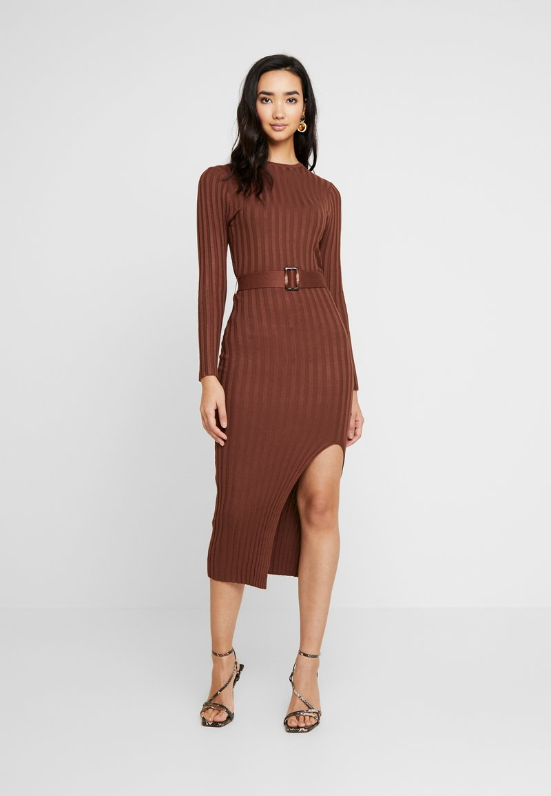 Missguided - BELTED MIDAXI FRONT SPLIT DRESS - Abito in maglia - chocolate