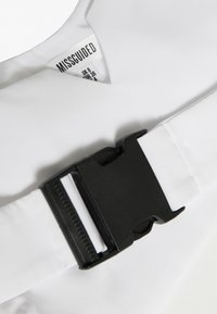 Missguided - FESTIVAL EXCLUSIVE CROPPED BUCKLE BELT - Blůza - white - 2
