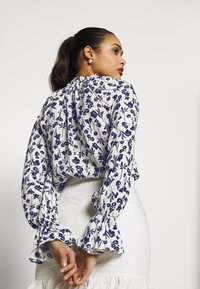 Missguided - FLORAL PLUNGE - Blouse - white - 4