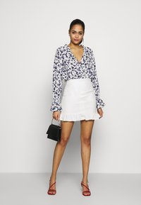 Missguided - FLORAL PLUNGE - Blouse - white - 1