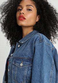 Missguided - OVERSIZED  - Denim jacket - vintage