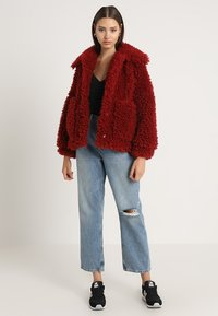 Missguided - BOXY SHAGGY BORG JACKET - Zimní bunda - red - 1