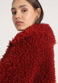 Missguided - BOXY SHAGGY BORG JACKET - Zimní bunda - red - 3