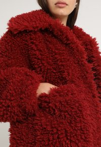 Missguided - BOXY SHAGGY BORG JACKET - Zimní bunda - red - 5