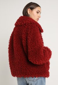 Missguided - BOXY SHAGGY BORG JACKET - Zimní bunda - red - 2