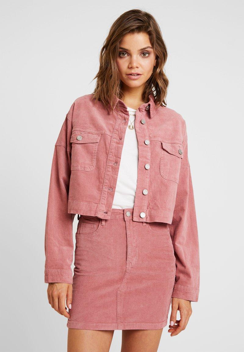 Missguided - RAW HEM JACKET - Veste en jean - pink