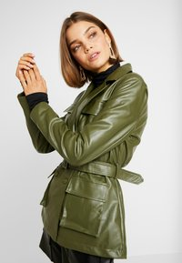 Missguided - UTILITY POCKET - Giacca in similpelle - deep green - 3