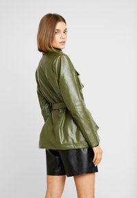 Missguided - UTILITY POCKET - Giacca in similpelle - deep green - 2