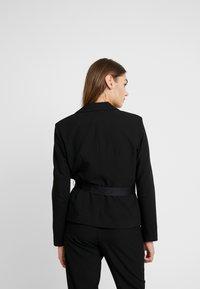 Missguided - FRIDAY BELTED FITTED - Blazer - black - 2