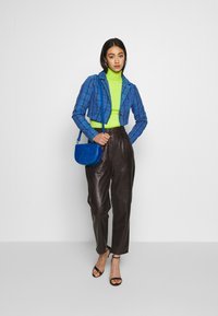 Missguided - HAYDEN WILLIAMS CHECK CROPPED TAILORED JACKET - Blazer - blue - 1