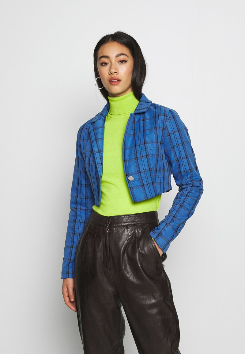 Missguided - HAYDEN WILLIAMS CHECK CROPPED TAILORED JACKET - Blazer - blue