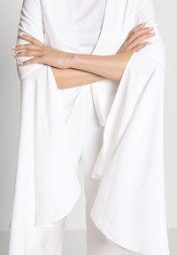 Missguided - COLLARLESS FLARE SLEEVE JACKET - Blazer - white - 4