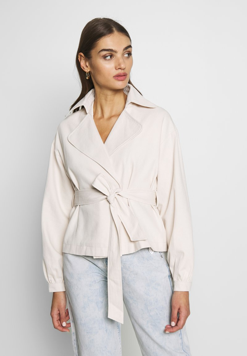 Missguided - CROPPED BELTED - Summer jacket - cream