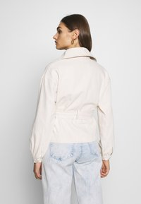 Missguided - CROPPED BELTED - Summer jacket - cream - 2