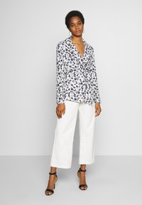 Missguided - FLORAL BELTED JACKET - Summer jacket - white - 1