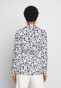 Missguided - FLORAL BELTED JACKET - Summer jacket - white - 2