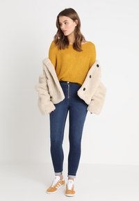 Missguided - FLUFFY TWIST BACK JUMPER - Strickpullover - mustard