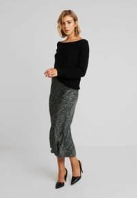 Missguided - OPHELITA OFF SHOULDER JUMPER - Strikkegenser - black - 1