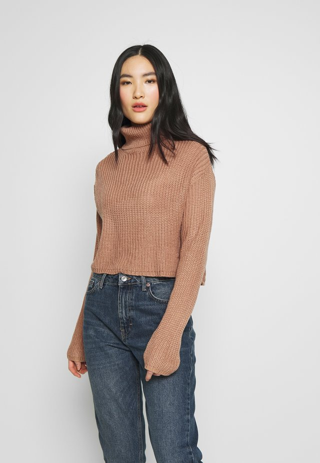 ROLL NECK CROP JUMPER - Jersey de punto - dusty camel