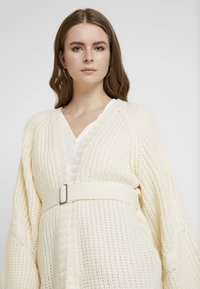 Missguided - CHUNKY CABLE BELTED CARDIGAN - Cardigan - cream - 3