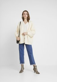 Missguided - CHUNKY CABLE BELTED CARDIGAN - Cardigan - cream - 1