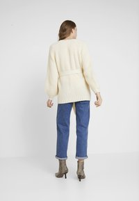 Missguided - CHUNKY CABLE BELTED CARDIGAN - Cardigan - cream - 2